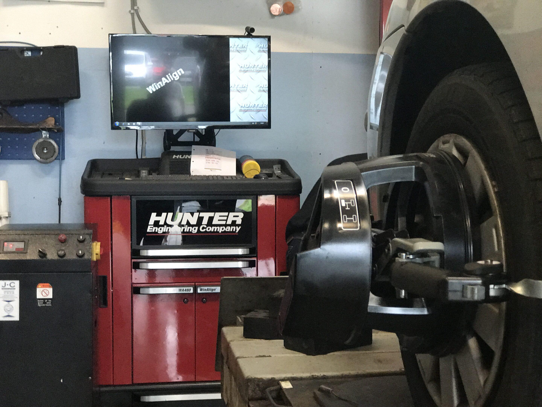 DM auto service udfører 4-hjulsudmåling og sporing med stærkt fungerende udstyr.